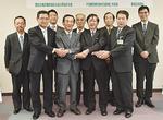 小林市長(前列右)を訪ねた毛利会長(同右から3番目)と企業代表者ら関係者
