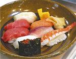 8貫に玉子焼きと味噌汁付で300円の寿司は大人気