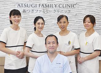 岡村院長と、笑顔が素敵な看護師・受付スタッフ
