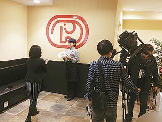 オープン前日の7日に行われたメディア向け発表会のようす。テレビ・新聞社など6社が駆け付け、取材陣も興味深々といったようすで店内がにぎわった。8日のオープン当日は店舗前に行列ができるなど、地域の注目を集めた。