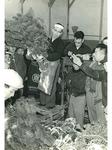 昭和35年12月15日の松市の様子。松を持つのは2代目の小野良雄さん(小野吉一さん提供)