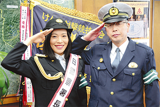 W署長で敬礼=八田さん、清水昭人厚木警察署長