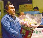 自身が「好きな花」と話すトルコキキョウを手にする古江さん