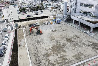 大型バス発着所として整備が進む保健センターの跡地。市保健福祉センター(写真右奥)に隣接する