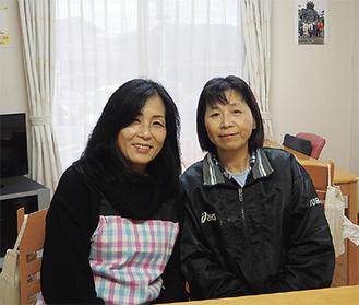 """9人が入居しているシェアハウスのリビングでほほ笑む片野さん(左)と施設長の伊東さん。ふたりにとって、ここはもうひとつの""""我が家""""といってもいい場所"""