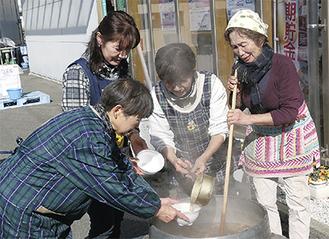 地場産野菜を使った芋煮を作った女性部の4人