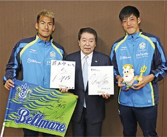 左から野田選手、小林市長、真田選手