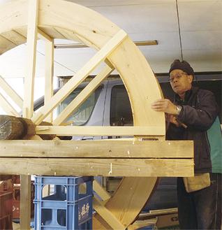 水車を作製する西海さん。直径は約1.8mになる