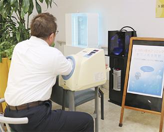クラゲが入った水槽が設置されているクリニック1階。平常時と5分間クラゲを観賞後に血圧と脈拍を測り、差を調べる