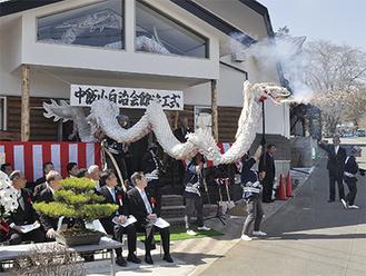 来賓や関係者の視線を集めた飯山白龍の祝舞い
