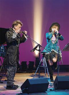 ハーモニカを演奏する大内さん(左)と井上さん=市文化会館