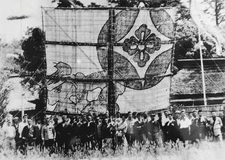「昭和二十六年五月五日記念撮影」と書かれている。中央で抱かれているのが山口会長