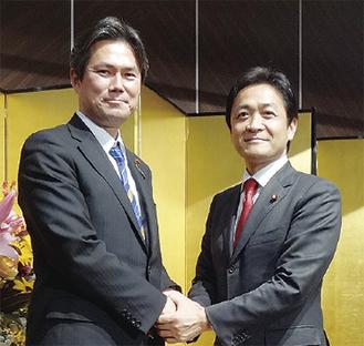 握手を交わす後藤氏(左)と玉木氏