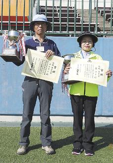 優勝カップを手にする立石さん(左)と森さん=厚木市グラウンド・ゴルフ協会提供