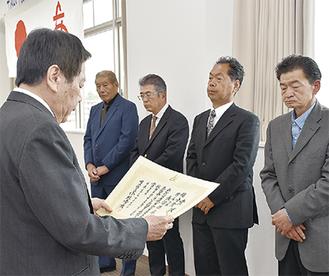 入賞者に、主催の厚木市・小林常良市長(左)が表彰状を手渡した(写真提供=JAあつぎ)