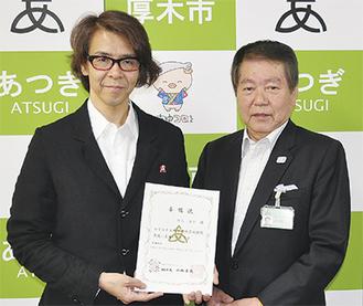 委嘱状を手にする横内さん(左)と小林市長