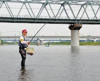 試し釣りに糸を垂らす組合員。口々に「今年の遡上は物凄い数だった」
