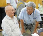 参加者との交流を楽しむ大塚さん(右)