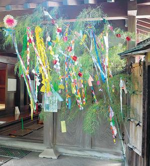 入口に設置されている笹飾り