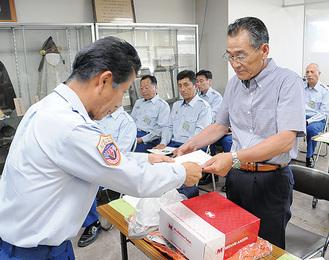 鈴木消防長(左)から委嘱状を受ける取る新隊員