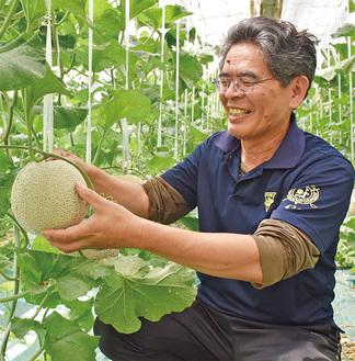 良質な仕上がりに笑顔を見せる秋山部会長(写真提供/JAあつぎ)