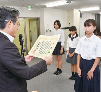 賞状を手渡す曽田高治教育長