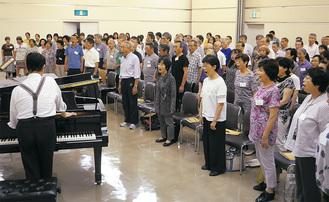 声楽家の秋山徹先生の指導のもと、ピアノに合わせた発声練習からスタート。その後楽譜を見ながら、パートごとに練習を進めていった