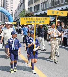昨年の鮎まつりパレードには「新たな友好都市候補地」として参加していた糸満市の関係者(=中央通り)