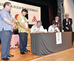 友好都市締結の覚書に調印する両市長(5月15日)