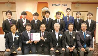 認証伝達式で記念撮影。前列左から2番目が竹田会長