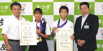賞状を手にする中村さん(中央左)と森君(同右)