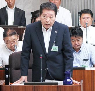 議場で答弁する小林市長