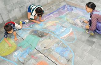 ヒトデやクラゲ、タコなどが色鮮やかに描かれたワークショップ