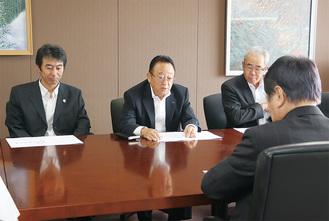 小林市長(手前)に要請する内容を説明する大貫委員長(中央)ら