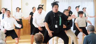 力強く「ハカ」を踊る生徒ら