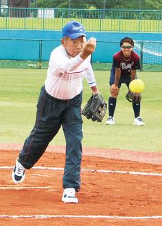 「腕を回せばもっと速く投げれたのになぁ」始球式で投げる遠藤さん。投げたボールは大事に自宅に飾られている=厚木SC提供