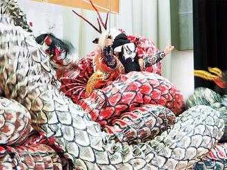 迫力の大蛇と格闘する須佐之男命(すさのおのみこと)。クライマックスでは、暴れまくる大蛇を討ち取る圧巻のシーンに会場は息を呑み、歓声を上げた