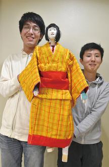 """身長186cm超の中野さん(左)と阿川さん。2人にとっても決して身近な世界ではなかった人形芝居だが、「頭ごなしに""""難しいもの""""と決めないで」と語る"""