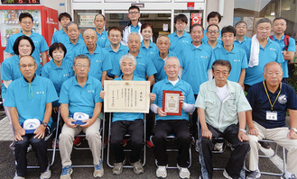 盾と賞状を持ち受賞を喜ぶ厚木北地区体育振興会のメンバーら