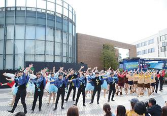 迫力あるパフォーマンスが繰り広げられた=10月20日・湘北短期大学