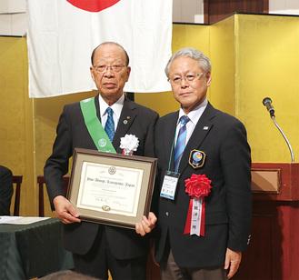 脇洋一郎第2780地区ガバナー(右)から認証状を受け取った石川会長