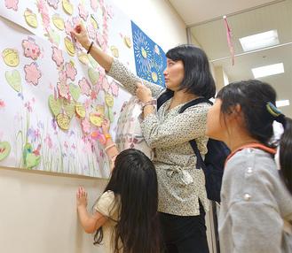 「南毛利小の後輩です。頑張ってください」予防接種の帰りに寄った温水在住の寺本理恵さん、恵菜さん(8)、璃美さん(4)