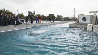 水没した車両(写真中央)からの救出訓練を行う「浸水域対応訓練プール」は水深1・9m、幅約5m、長さ約50m
