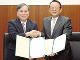 協定書を持ち握手する大貫組合長(右)と高野学長