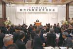 写真右)祝賀会であいさつする中村会頭。 写真左)レンブラントホテル厚木相模の間で開催された祝賀会。多くの来賓を迎え、会員や関係者325人が出席し盛大に祝った