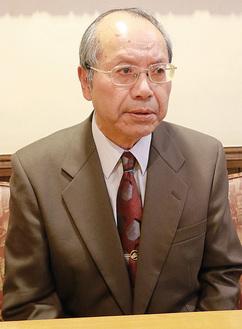 市長選へ立候補の意向を話す島口氏(12月14日)