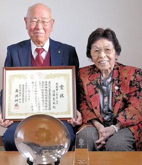 吉岡神敏会長(右)と佐藤晃風さん