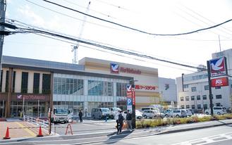 外観はほぼ完成してきた店舗。業者のものとみられる車が出入りしている。(3月12日撮影)