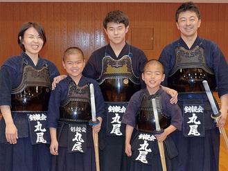 (左上から時計回りに)母・充千夏さん(42)、長男・優太君(15)、父・謙二さん(43)、三男・琉晟君(9)、次男・郁颯君(11)。垂名札はもちろん全員が「丸尾」