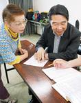 主催する自主夜間中学・あつぎえんぴつの会代表の岩井さん(左)、スタッフの前川さん。